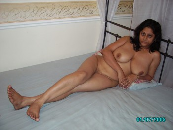 Hot Indian Aunty Showing Her Big Boobs In Saree Nude S