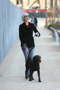 Энн Хэтэуэй, фото 5933. Anne Hathaway 'Walking her dog in Brooklyn', february 5, foto 5933