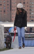 Энн Хэтэуэй, фото 5955. Anne Hathaway 'Walking her dog in Brooklyn', february 5, foto 5955