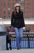 Энн Хэтэуэй, фото 5949. Anne Hathaway 'Walking her dog in Brooklyn', february 5, foto 5949