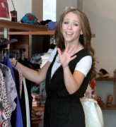 Дженнифер Лав Хьюит, фото 9060. Jennifer Love Hewitt - out shopping in Hollywood 03/01/12, foto 9060