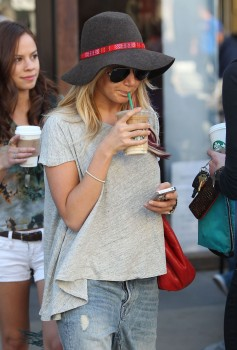 Эшли Тисдэйл, фото 7846. Ashley Tisdale goes out with some friends Santa Monica, march 3, foto 7846